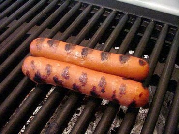 two-hotdogs-grilling-725x544